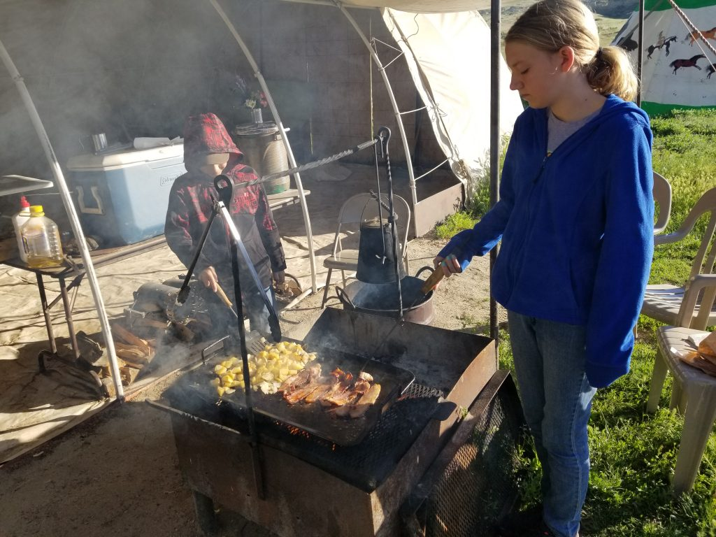 Making breakfast over campfire, Campfire breakfast on the Oregon Trail, Overnight Trek Oregon Trail, Overnight Trek Historic Trails West